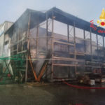 Capannone in fiamme nel Catanzarese, indagini in corso