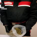 Droga: lancia busta con marijuana dal balcone, arrestato a Lamezia