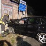 Incidente: una Volkswagen Polo finisce contro casolare, 4 feriti