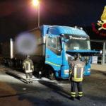 Tir in fiamme su A2 in Calabria, in salvo carico e conducente
