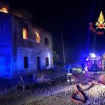 Incendi: a fuoco tetto di un casolare abbandonato a Catanzaro