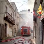 Incendio in abitazione nel Catanzarese, feriti padre e figlio