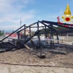 Incendio distrugge struttura balneare nel Catanzarese, indagini