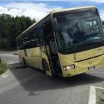 Ruota bus finisce in voragine aperta su strada