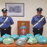 Droga: sorpreso in auto con 10 kg di marijuana arrestato