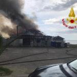 Incendi: a fuoco a Sellia Marina uno stabilimento balneare