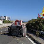 Catanzaro auto si ribalta sulla tangenziale ovest, un ferito