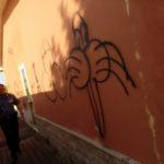 Borgia: Scritte e disegni volgari sui muri esterni scuola media Roccelletta
