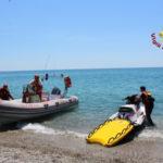 Coppia si allontana dalla riva con tavola da surf, recuperati da vvf