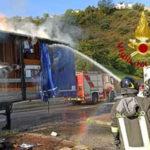 Autocarro in transito prende fuoco sull'A2,illeso conducente