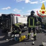 Incidenti: autofurgone Iveco Daily si ribalta sulla A2, ferito conducente
