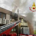 Incendio in capannone a Paola, nessun ferito